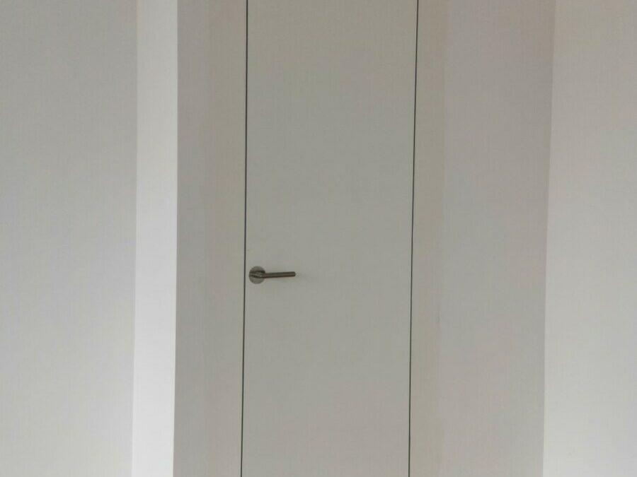 Bezobložkové dveře / skrytá zárubeň – Realizace Karlín
